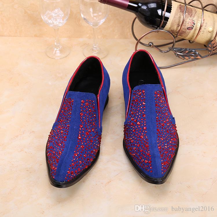 Neue Löwenzahnspikes Flache Samtleder Schuhe Mode Herren Müßiggänger Kleid Schuhe Männer Slip On Casual Red Diamant Spitzschuh
