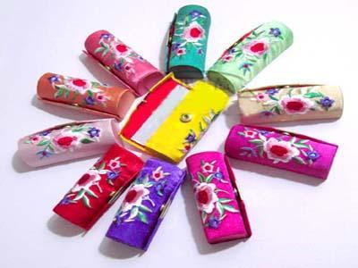 Draagbare kleine geborduurde reizen sieraden opbergkoffer met spiegel ambachten verpakking hanger ketting geschenkdozen zijden stof lip balsem buizen
