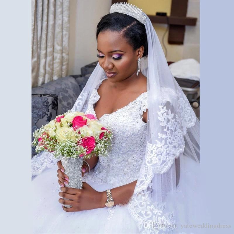 Lace Ball Gown Bridal Dresses V-Neck Ärmlös Bröllopsklänning med Applique Beaded Back Zipper Tiered Custom Made Bröllopsklänningar 2017