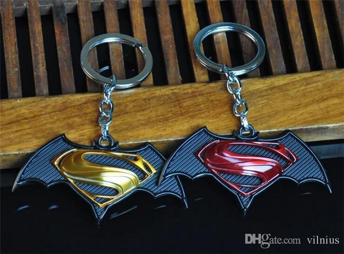 Sıcak! 10 adet 2 Stil Yeni Stiller Karikatür Superman vs Batman Anahtarlık Oyuncaklar Dünya Animasyon Erkekler Için Klasik Moda Anahtarlık hediyeler Oyuncaklar