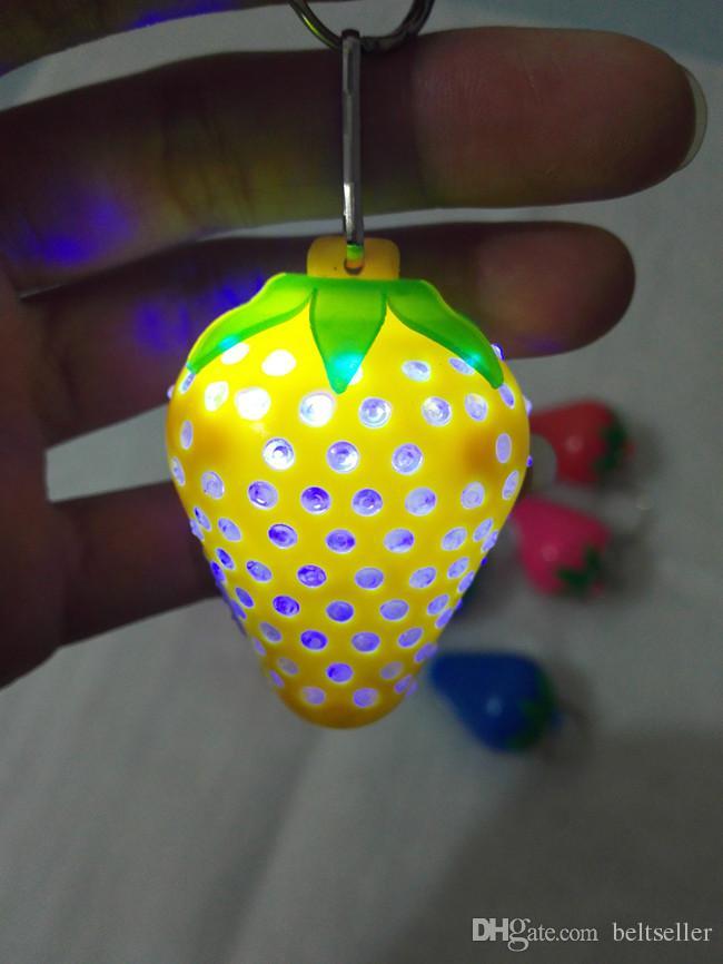 Novidade Morango luminosa LED piscando luz chaveiro Anel Chave Chaveiro Keyfob Chaveiros cadeia pingente de telefone celular Acessórios