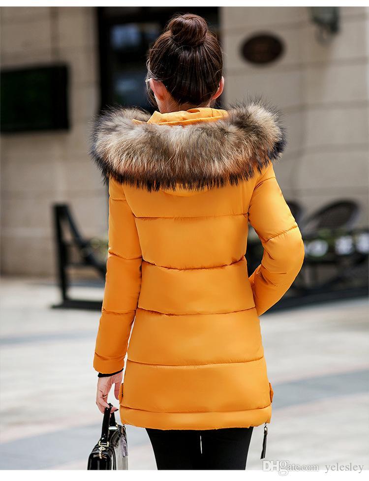 Nuevas mujeres de invierno del ejército verde chaqueta abrigos gruesos Parkas más el tamaño grande Real cuello de piel de mapache con capucha Outwear