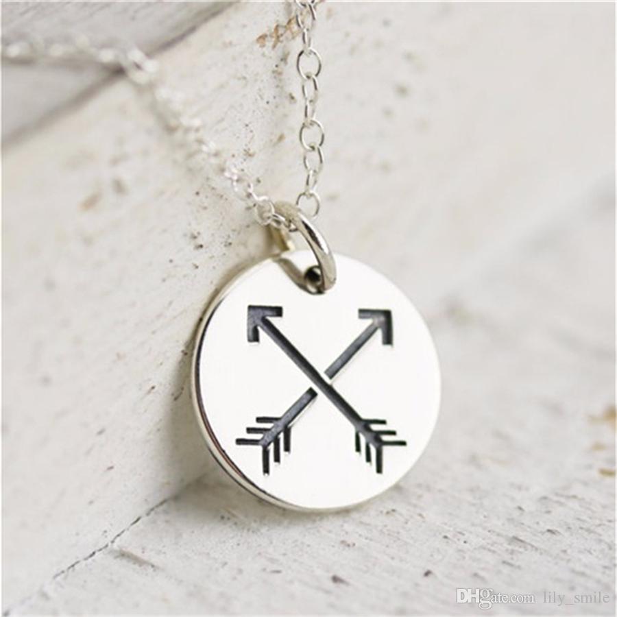 5ea0399bd Collier fantaisie rond fait main en gros avec pendentif croix double  flèche. Flèche d amitié.