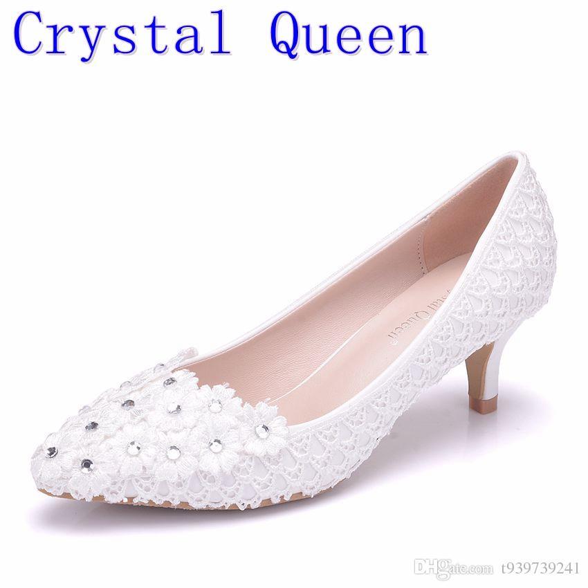a7b0257673be8 Compre Crystal Queen Zapatos De La Bomba De La Boda Del Cordón De La Flor  Blanca Del Talón De 5 Cm Zapatos De Novia De La Perla De Tacón Bajo Zapatos  De ...