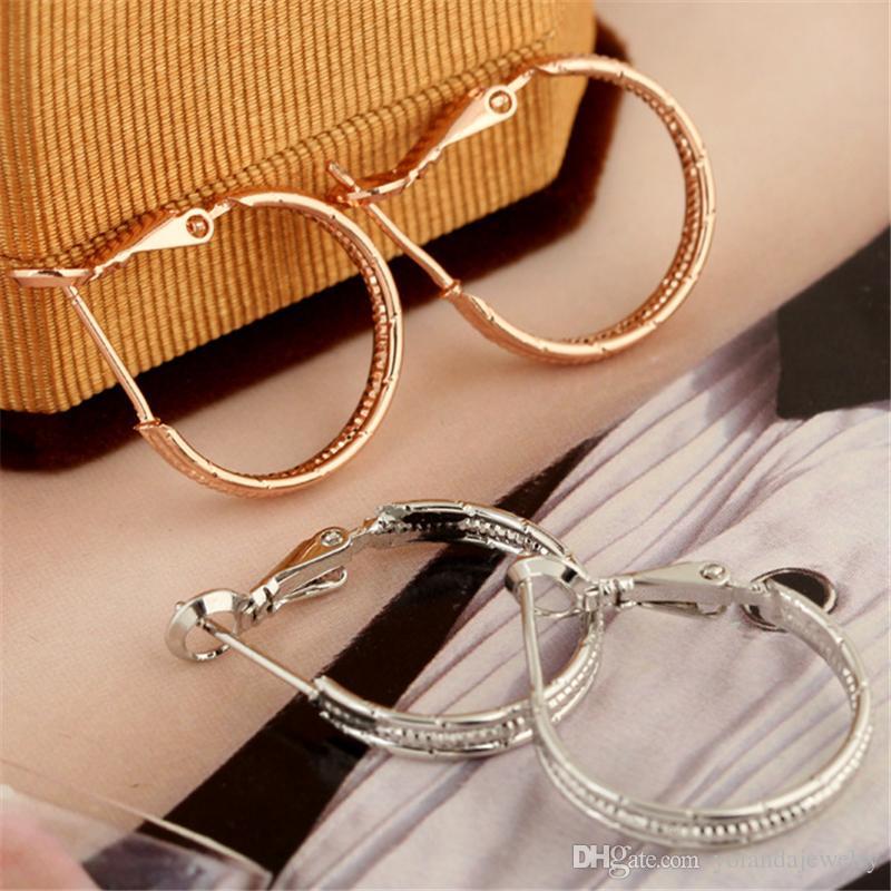 Nueva moda de moda 18K oro amarillo chapado en oro blanco aros Huggie pendientes espárragos para niñas mujeres de alta calidad