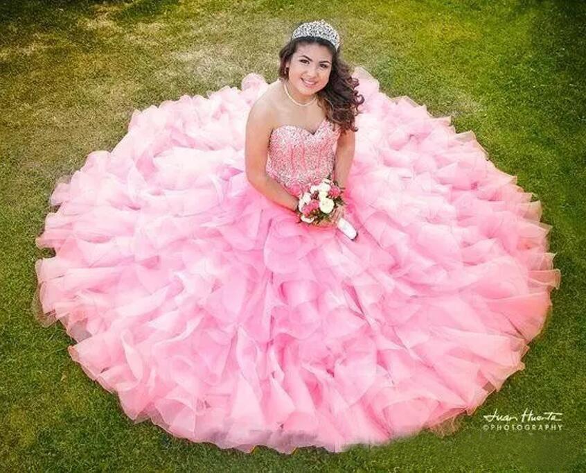 2017 Pembe Organze Ruffles Balo Quinceanera Elbiseler Nefis Rhinestones Kristal Boncuklu Sevgiliye Lace Up Geri Tatlı 15 Törenlerinde EN9281