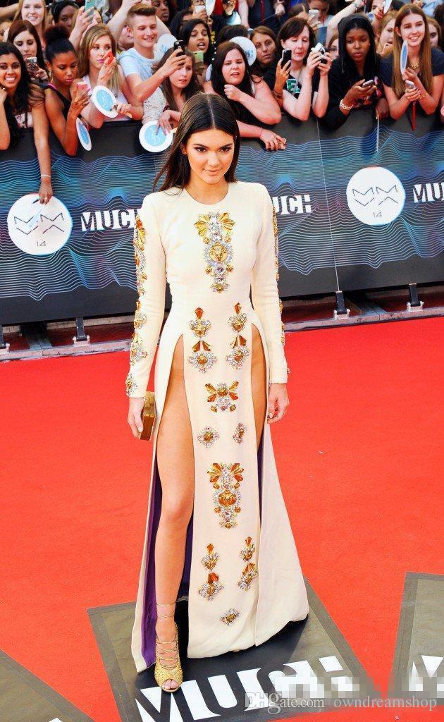 Vestido de noche kylie jenner Blanco Manga larga Longitud del piso Cristales Yousef aljasmi Manga larga Kim kardahisn Zuhair Murad Vestido famoso