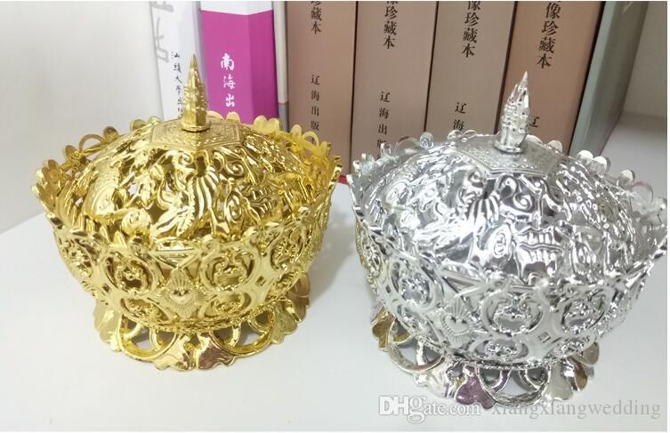 Boîte de bonbons en plastique de cadeau de fête de mariage en plastique argenté d'or de taille 9 * 9 * 7.2cm L pour la fête d'anniversaire de mariage de bébé