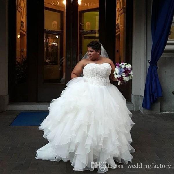 Hecho personalizado más tamaño vestido de boda apliques de encaje superior cariño sin mangas sin mangas faldas escalonadas tierras nupciales vestidos corsé de corsé