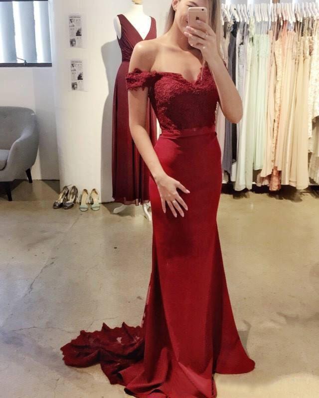 매력적인 2017 빨간 신부 들러리 드레스 인어는 어깨 끈으로 멀리 떨어져 있습니다. 새틴은 명예 가운의 깎아 지른 녀석 하녀 정의 EN7129