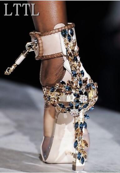 2017 Nova Luxo Rhinestone Capa de Salto Prego Mulheres Sandálias Sexy PVC Tornozelo Fivelas Das Senhoras Único Partido Sapatos De Salto Alto Bloqueio Lado sapatos