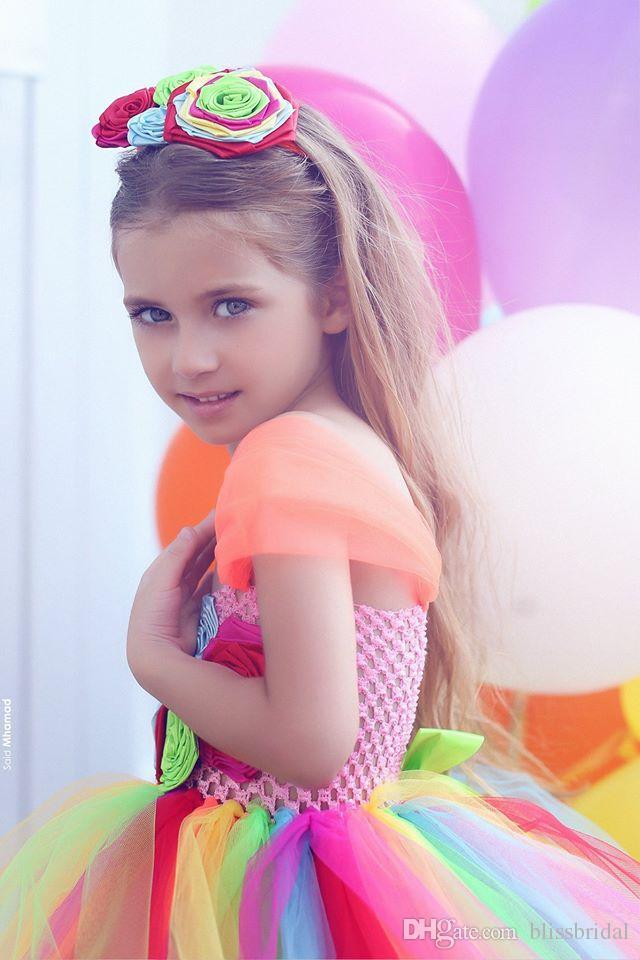Mehrfarbenspaghetti-Schichten Tulle-Blumen-Mädchen-Kleid-Hand gesponnene Blumen-lange bunte Regenbogen-Kleider für Mädchen fertigten Festzug-Kleider besonders an