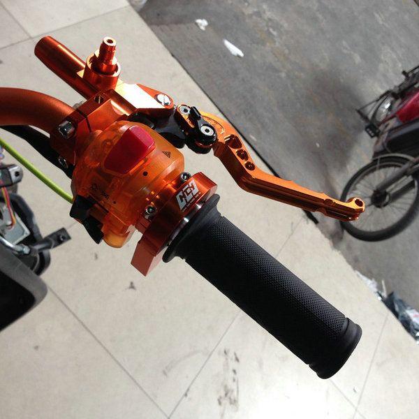 الشحن مجانا جودة عالية 7/8 '' دراجة مقبض شريط المقود القبضات 22 ملليمتر موتو سباق القبضات سكوتر تعديل السيطرة