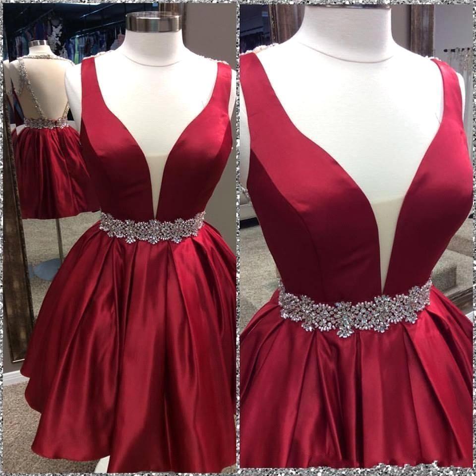 Sexy Vermelho Brilhante Curto Homecoming Vestidos Profundo Decote Em V Grânulos de Cetim Cristais Caixilhos Mini Vestidos de Cocktail Do Partido do baile de Finalistas Vestidos Vestido Formal