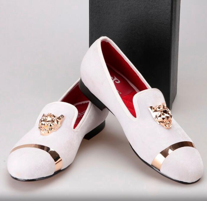Los hombres de la nueva moda y la boda de los holgazanes hechos a mano de los hombres zapatos de terciopelo con hombres de la hebilla del tigre y del oro visten los planos de los hombres del zapato