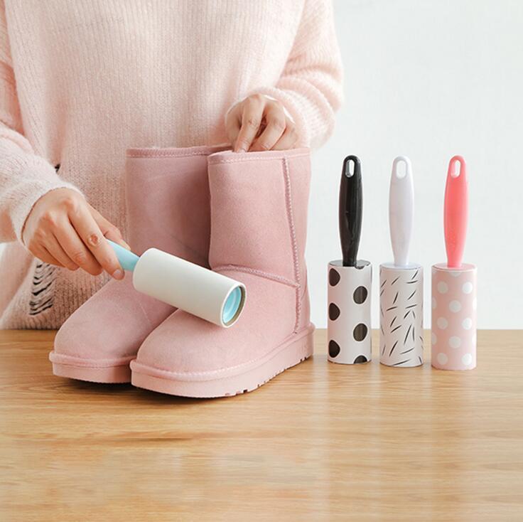 i vestiti creativi i rulli di lanugine i pennelli gli strumenti di pulizia della famiglia attraversano le spazzole del rullo della peluria dei capelli della polvere di carta dei pp dei capelli