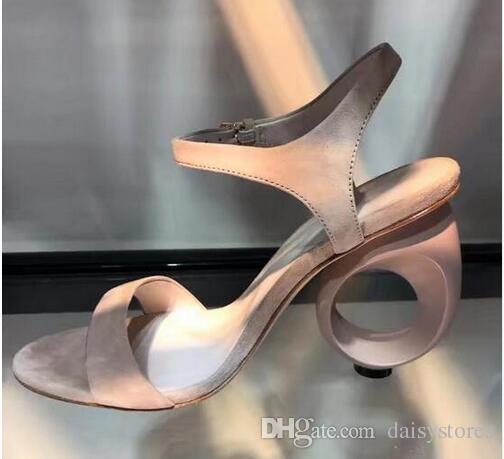 2017 Designer Schwarz Beige Wildleder Runway Schuhe Frau Sommer Schnalle Pumpen Seltsame Fretwork Heel Sandalen Frauen