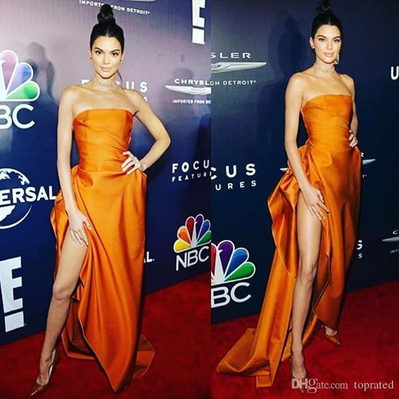 Abiti da celebrità sexy Kendall Jenner High Side Split senza spalline Ruffles Satin lunghezza del pavimento 2019 Moda economici abiti da ballo Evening Party Dress