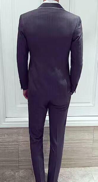 Los nuevos hombres se adaptan a la costumbre de tres piezas de gris negro en Europa, la catedral y el novio, el anfitrión formal de la boda de cultivar la moral de uno.