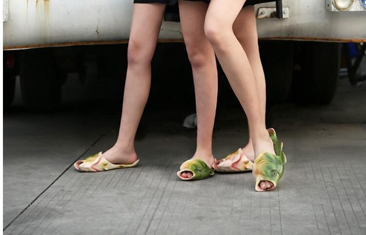 2017 Verano Caliente Nuevo Patrón Simulación Creativa Zapatillas de Pescado Punta Abierta Plana Pareja Modelos Sandy Beach Shoes bebé mujeres hombres tamaño 31-44
