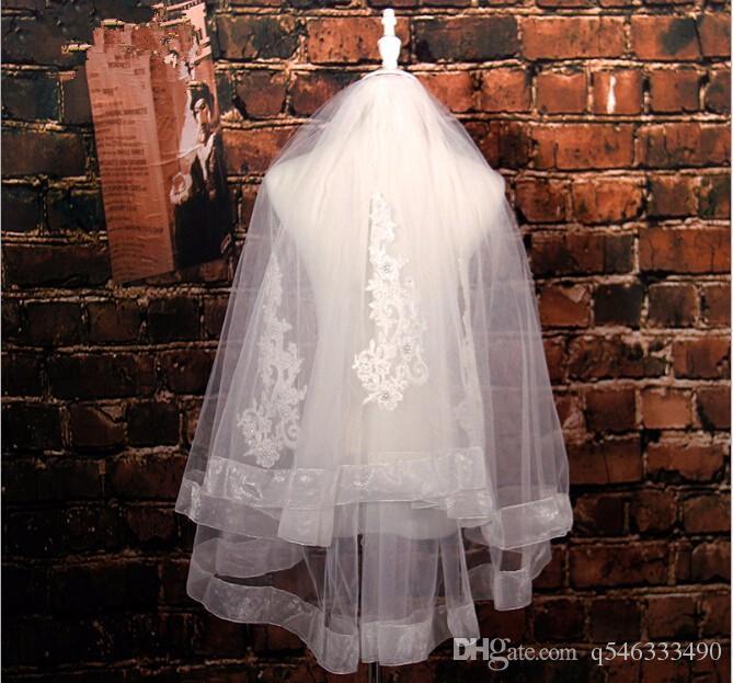 Nuovo arrivo Due strati di paillettes in rilievo pizzo velo da sposa corto velo da sposa