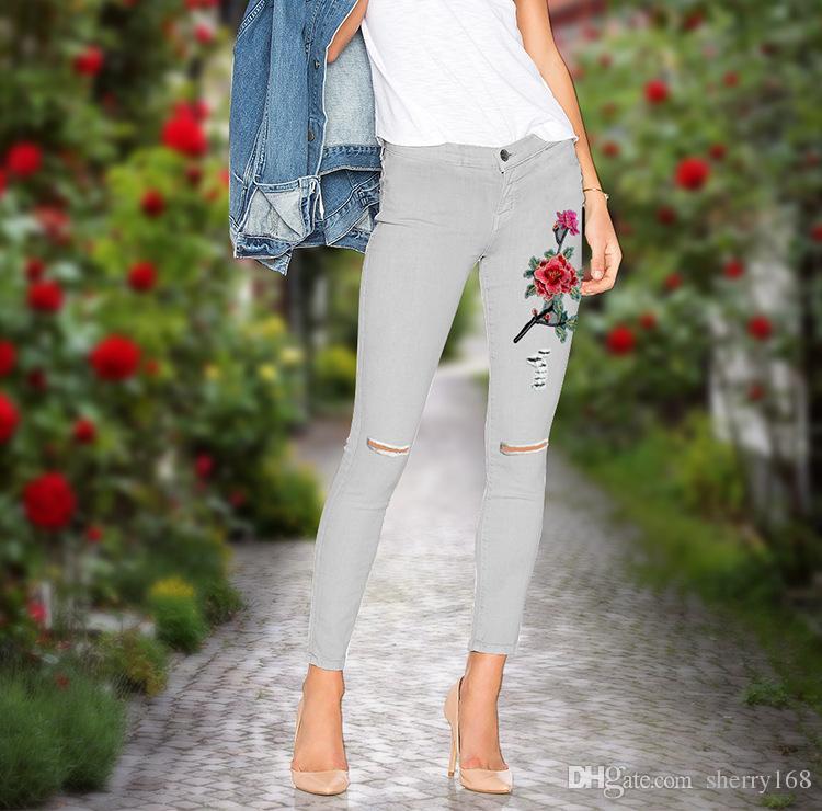2017 Осень женщин старинные серый вышивать цветы джинсы сексуальные разорвал карандаш стрейч джинсовые брюки женский тонкий узкие брюки случайные джинсы большой