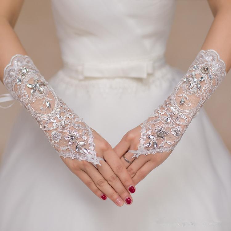 Дешевые Короткие кружева невесты Свадебные перчатки Свадебные перчатки из бисера Crystals Аксессуары свадебные кружевные перчатки для невест Fingerless Ниже Колено Длина