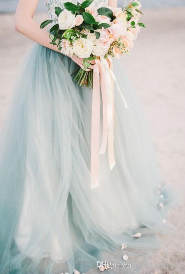 Vestidos de novia de playa de país de colores coloridos de la vendimia Una línea de novia de encaje de tul de color azul pálido de tul vestidos de novia con pétalos de tren de barrido