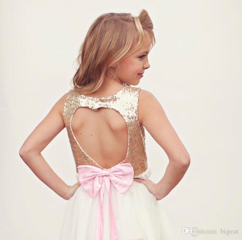 Vestido corto de niña de flores con forma de corazón de amor con espalda abierta
