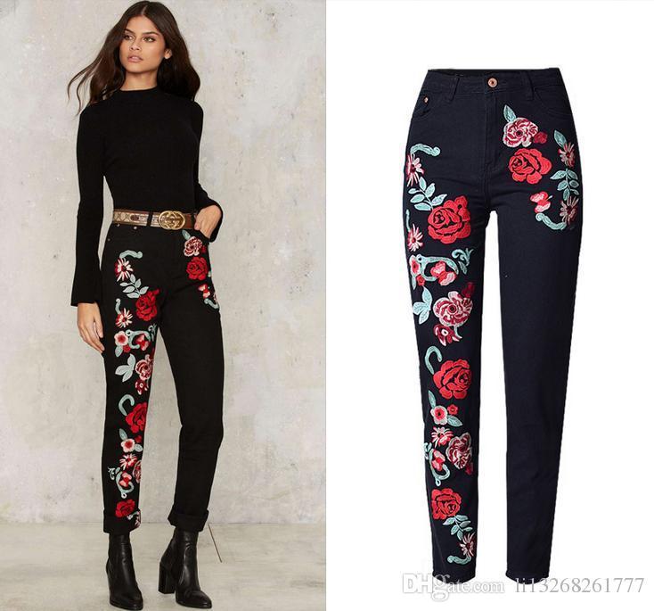 8dd7ed3cb4 Compre Flores Bordadas De Los Pantalones Vaqueros De Las Mujeres Boyfriend  Moda Jeans Florales Femeninas De Los Negros Pantalones Anchos De La Cintura  Más ...