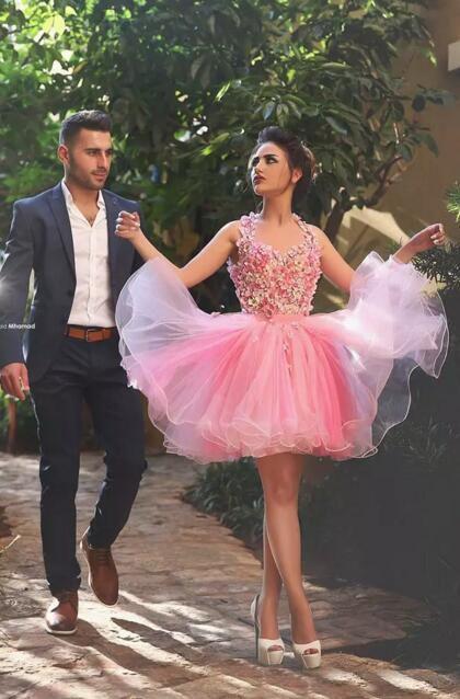 魅力的なピンクのチュールのショートホームカミングドレスノースリーブ3D花トップオープンバックカスタムメイドカクテルパーティーガウンショートウエディングドレス