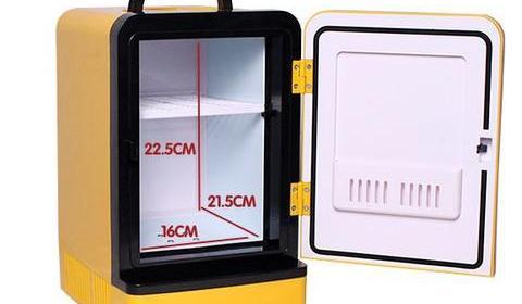 Kühlschrank Mini : Mini kühlschrank voller flaschen wasser isoliert auf weiß