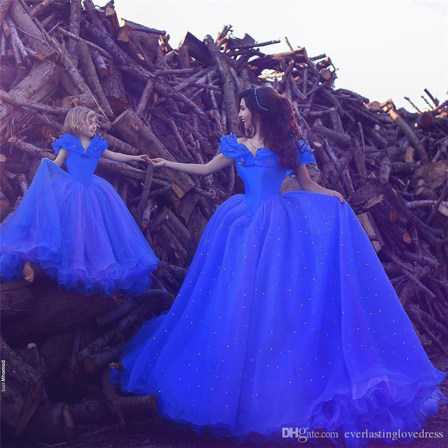 Saidmhamad al largo della spalla Farfalla Decora il vestito da promenade blu con il bambino L'Arabia Saudita con paillette madre e bambino si vestono insieme