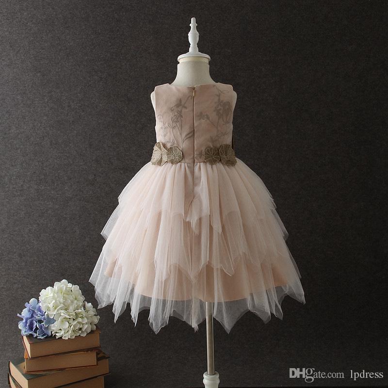 Impresionante champán vestidos de niña de las flores vestido de bola de tul suave con bordado en Stock Envío rápido niñas de flores baratas Dres primera comunión