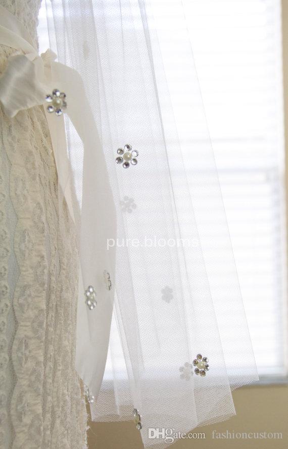 Vendo caldo One Layer Velo da sposa Punta delle dita Lunghezza taglio Bordo Velo da sposa Bianco avorio Champagne Perle con pettine 190a