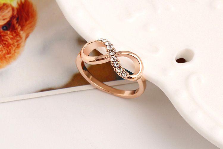 Arbeiten Sie umgedrehtes Ring-Zirconkristallmetallzircon-Ring Temperament der Form 8 um, das eingeschlossener Ringschmucksachen weiblicher Fabrikpreis freies Verschiffen ist