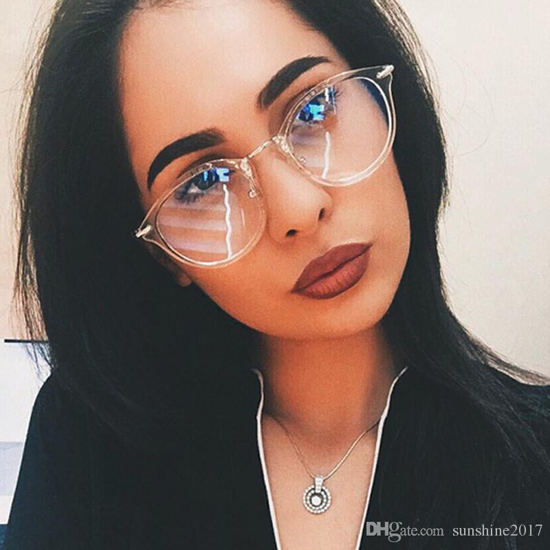 8fe1319fbb42e Compre Óculos Transparentes Mulheres Óculos De Luxo Moda Rodada Óculos  Claros Frame Óptico Marca De Design Dos Homens Óculos Oculos De Grau  Femininos De ...