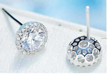 Top quality S925 Sterling Silver Classic Four Claw Round Earring for women set with flash crystal
