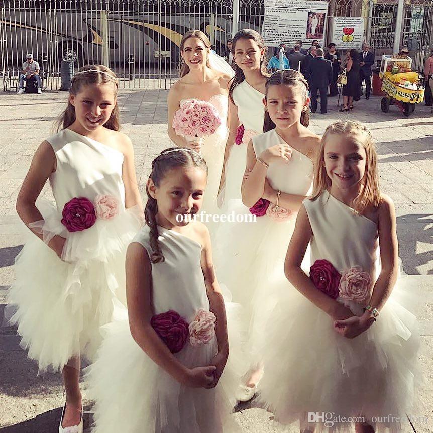 Pas cher Une Épaule Fleur Filles Robes 2019 Ruffes À Niveaux Skits Tulle Longueur Du Thé Pour Le Mariage Enfants Pageant Robe Custom Made Première Communion