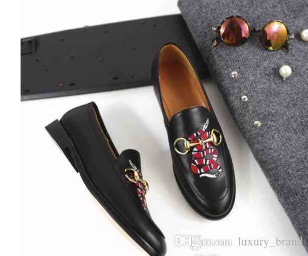 Zapatos de suela plana de cuero de cabeza plana informal conjunto deslizamiento de pie en zapatos perezosos bordado de serpiente hebilla de metal cuatro estaciones zapatos mujeres respirables