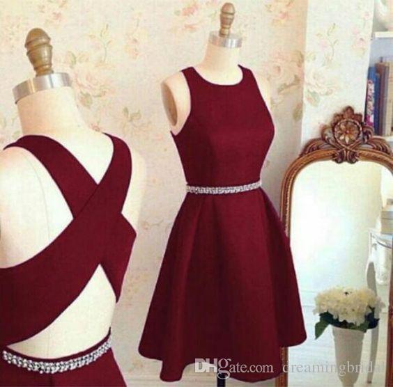 Dark Red Pearl Schärpe Short Prom Kleider Scoop Neck Sleeveless Zurück Criss-Cross Homecoming Kleider Party Kleider Cocktailkleider nach Maß
