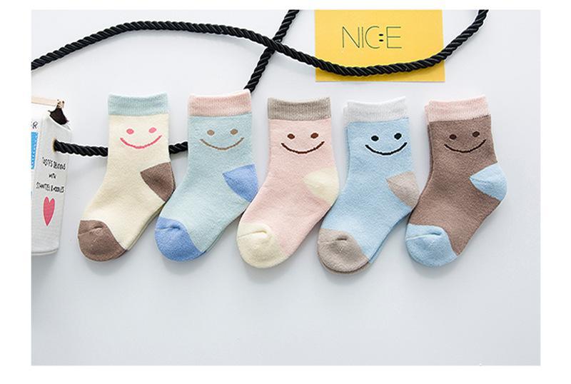 15 Çift / grup Yeni Kış Kalınlaşma Diz yüksek Çorap Çocuklar Çocuk Çorap Şeker renk Karikatür Güzel Gülümseme Baskılı Pamuk Isıtıcı Çorap Toptan