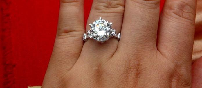 Kadınlar için OEM Muhteşem 5 ct Nişan Yüzüğü Gümüş Takı 18 K Beyaz Altın Kaplama Yüzük Yuvarlak NSCD Sentetik Elmas Yüzük