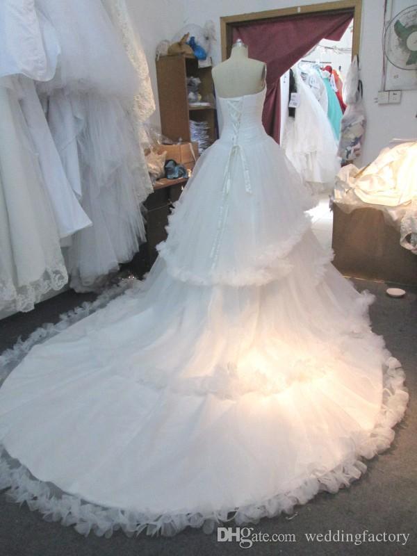 実際の写真ボールガウンのウェディングドレスノースリーブの恋人の羽装飾フリルエッジティアードブライダルガウンレースアップ電車
