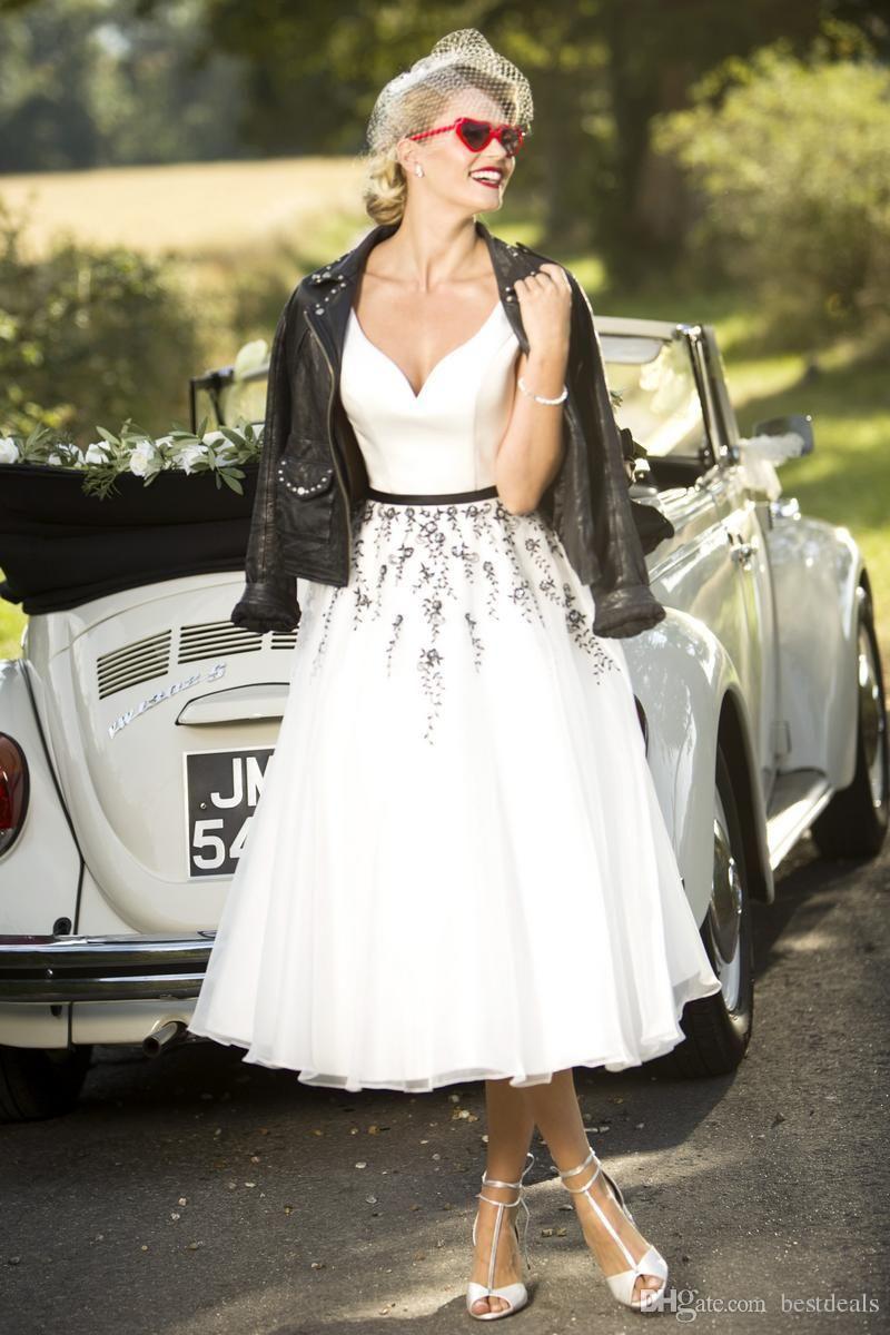 2020 Chic Blanc et noir thé longueur des robes de mariage Printemps Eté dentelle courte Appliqued Pays Robes de mariée Bouton Retour