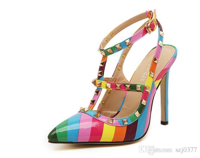 Der reizvolle Sternstreifen des freien Verschiffensommers zeigte spitzen bunte Regenbogensandalen der hochhackigen Schuhe Nietschuhe Groß- und Einzelhandel