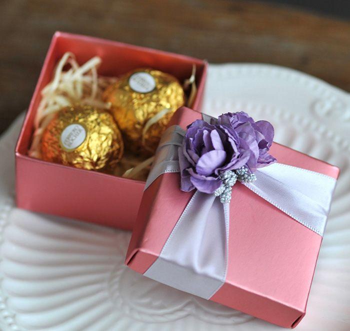 Boîte à bonbons carrée rose de avec de la décoration de fleur de rose violette