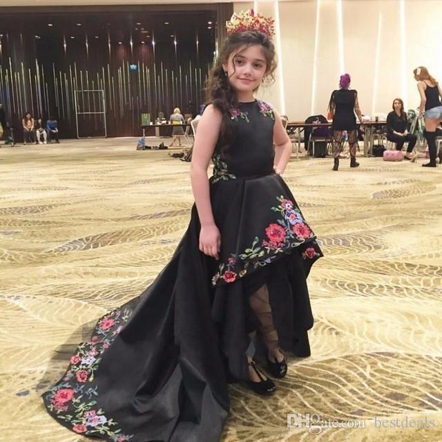 2017 Preto Hi-Lo Meninas Pageant Vestidos Curto Frente Longo Voltar Flower Girl Dress para Casamentos Bordados de Cetim Crianças Prom Vestidos