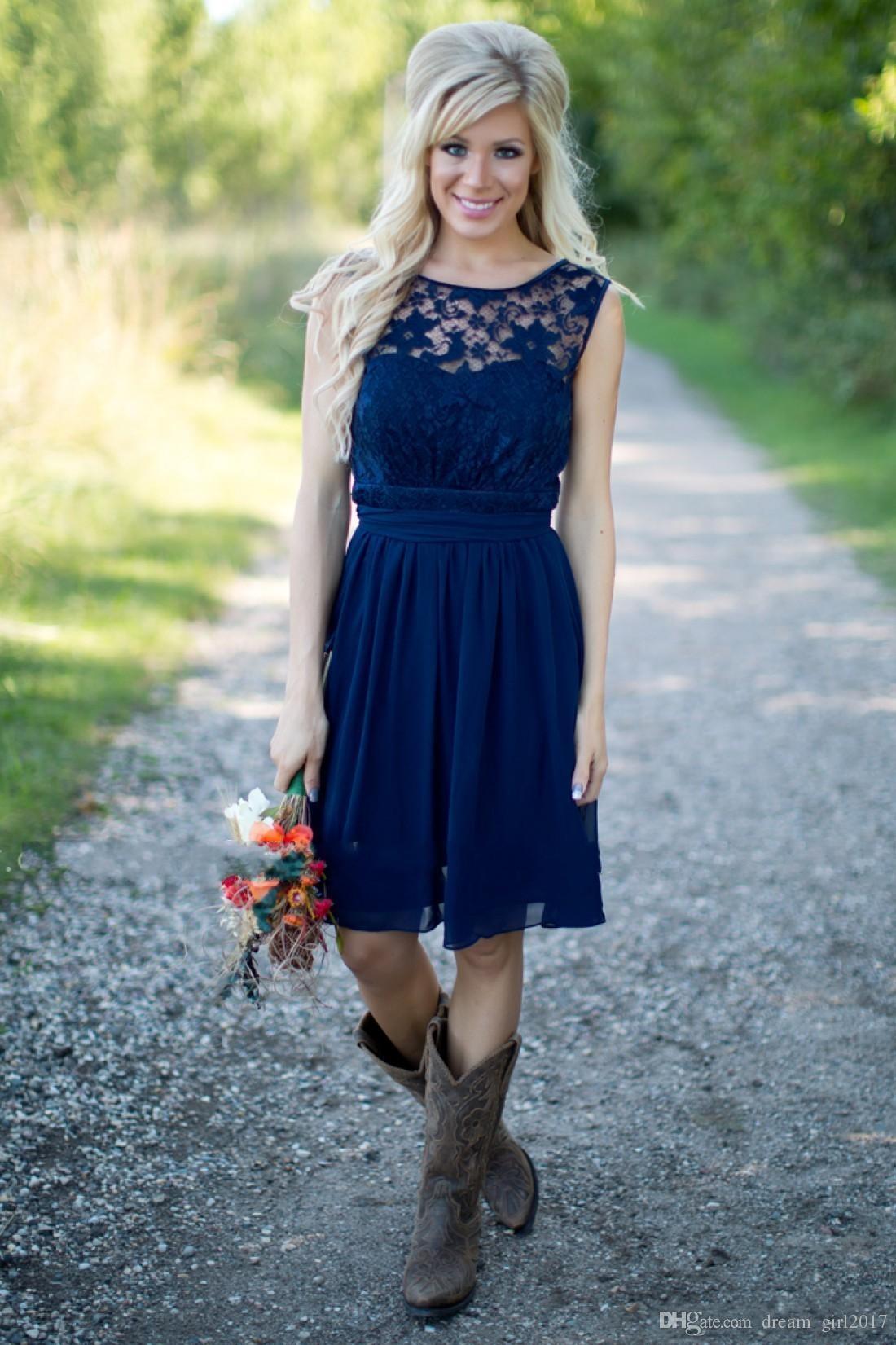 Barato País Da Dama de Honra Vestidos 2017 Para Casamentos Ilusão Pescoço Chiffon Rendas Azul Marinho Sash Partido Na Altura Do Joelho Dama De Honra Vestidos de Honra Sob 100