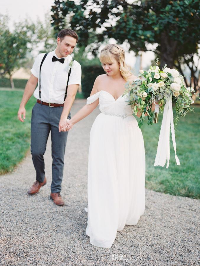 Más el tamaño de gasa blanca 2017 Boho Sheath vestidos de novia fuera del casquillo del hombro mangas plisado Sweep Train Summer Garden Beach vestidos de boda nupciales